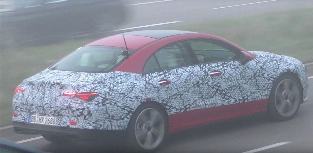 Mercedes CLA prototipo camuffato rosso
