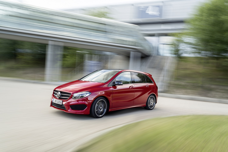 Mercedes-Benz B-Klasse Modelljahr 2014, B 250 4MATIC, jupi ter red, AMG Line, Exterieur ; Mercedes-Benz B-Class model year 2014, B 250 4MATIC, jupiterrot, AMG Line, exterior;