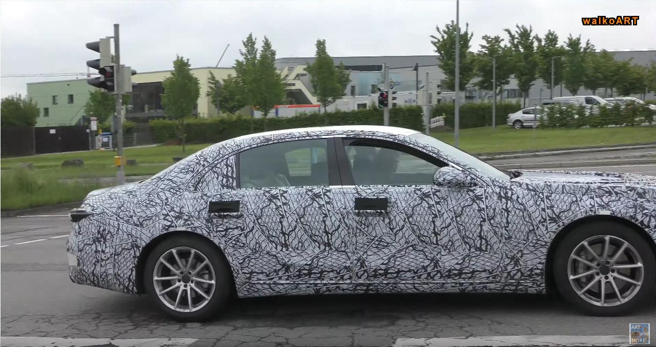 Mercedes Classe S 2021 avvistata nuovamente in Germania con il suo passo lungo
