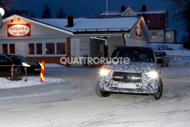 Mercedes EQA foto spia neve