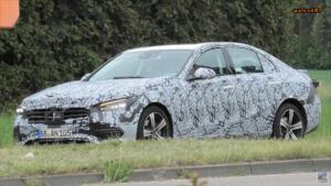 Mercedes Classe C 2021 poco camuffamento foto spia