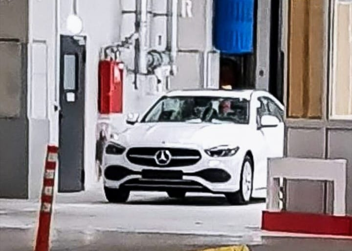 Nuova Mercedes Classe C frontale foto spia