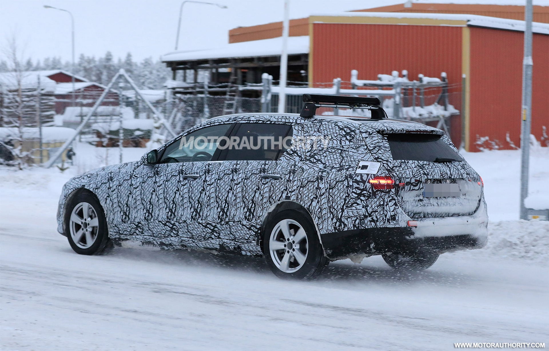 Mercedes Classe C Wagon 2022 foto spia neve