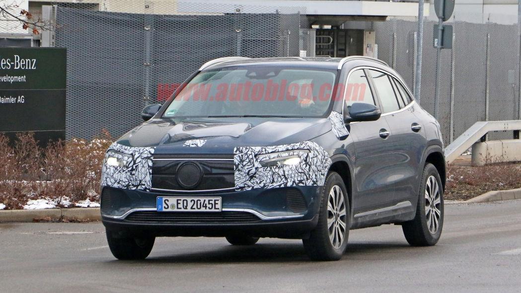 Nuovo Mercedes EQA prototipo blu