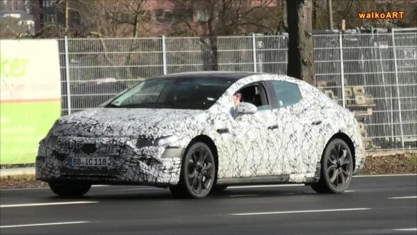 Mercedes EQE prototipo sospensioni sollevate