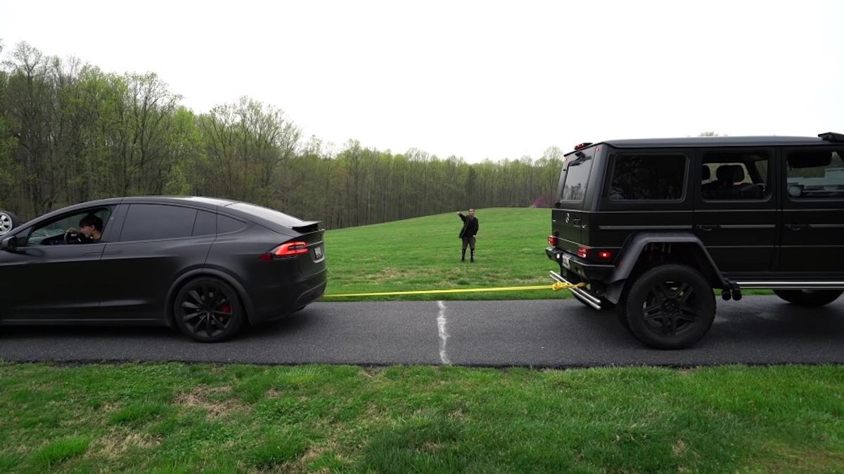 Mercedes-Benz G550 4×4² vs Tesla Model X test tiro alla fune