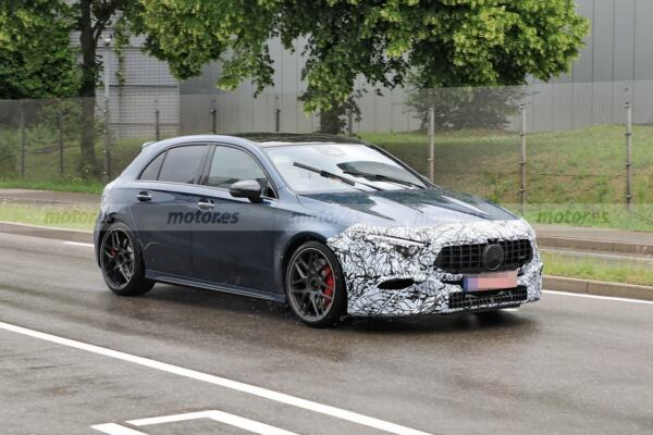 Mercedes-AMG A 45 restyling foto spia