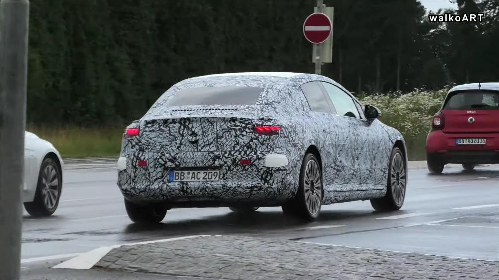 Nuova Mercedes EQE test bagnato foto spia