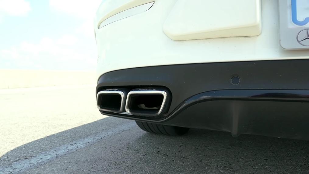 Mercedes-AMG C 63 S vs Dodge Challenger SRT Hellcat drag race